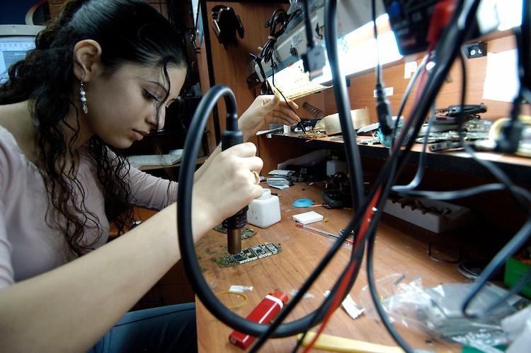 Con gái học sửa điện thoại 3