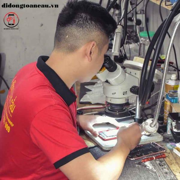 Học nghề sửa chữa điện thoại cần mắt sáng tay khéo