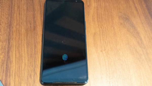Mặt trước là màn hình AMOLED 6,59 inch với cảm biến vân tay tích hợp trong màn hình